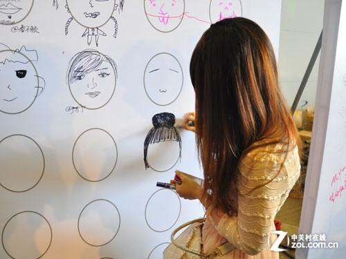 在墙壁上画出各种可爱的卡通图像