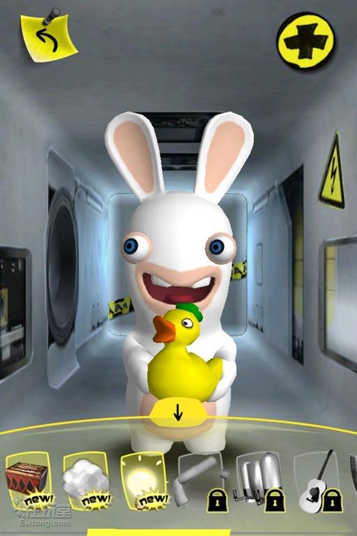 这顽皮的兔娃有时会不怀好意的笑着送过来一个鼠夹子,有时候用马桶刷子刷牙,更多的时候受惊后会边叫着边满地打滚..  还有一些小技巧,例如可以拉起兔兔的耳朵大喊一声或者吹口气等,模拟的来电模式也很能搞怪哦,猛力的晃动设备,能把兔兔晃得上下乱撞,嗯,不听话的下场。>_< 另外,主人们还可以自己给兔兔更换个性外形,装修房屋等等,不过这些需要购买iAP了,主人们可以根据自己对兔兔的喜爱程度做决定。  笔者觉得兔兔最令人称道的就是舞蹈功能了,主人们可以自选音乐播放,兔兔听到音乐后就会开始跳舞,各种恶搞的舞